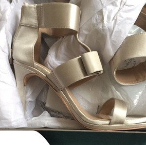 BCBGMAXAZRIA Alabaster gold Pumps