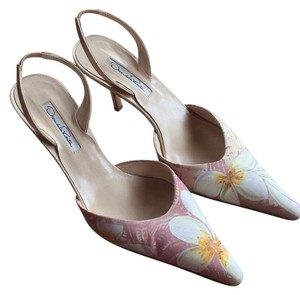 Oscar de la Renta Rose color with white flowers and yellow center Pumps
