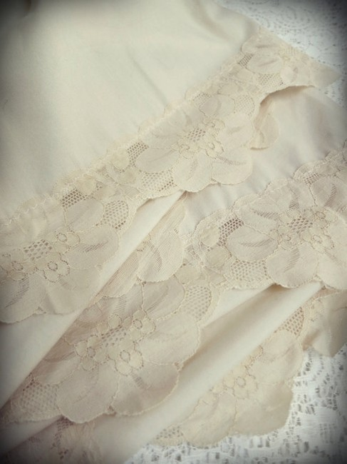 Item - Cream/Ivory With Lace- Tablecloth