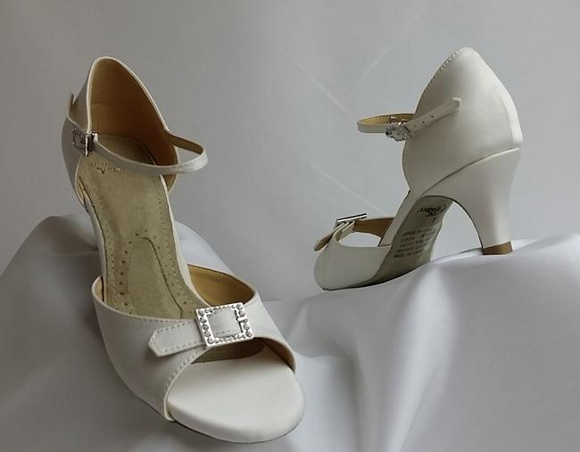 Item - Pearl Eternity Low Sandals Size US 7