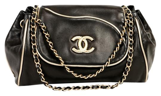 Preload https://img-static.tradesy.com/item/10161442/chanel-classic-flap-black-leather-shoulder-bag-0-1-540-540.jpg