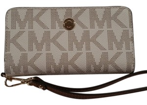 Michael Kors Wristlet in vanilla luggage
