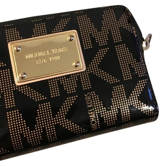 Preload https://img-static.tradesy.com/item/10338829/michael-kors-wristlet-0-1-540-540.jpg