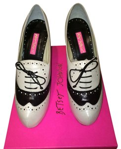 Betsey Johnson White / Black Pumps