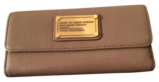 Preload https://item4.tradesy.com/images/marc-by-marc-jacobs-rootbeer-classic-q-long-trifold-wallet-10394938-0-4.jpg?width=440&height=440