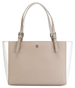 Tory Burch Tote in Metallic silver french gray