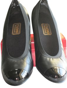 Munro American Black Leather/Black Patent Pumps