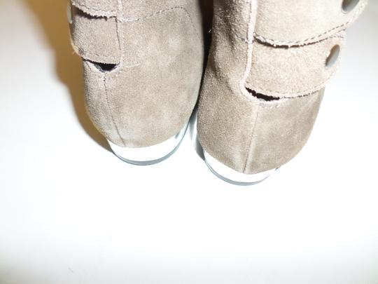 Very Volatile Silver Hardware Snap Back Silver Tone Heel Ankle Size 7 taupe Boots