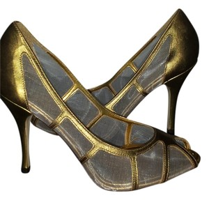 BCBG gold Pumps