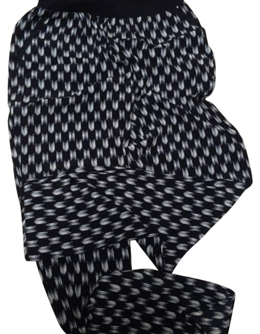 Preload https://item2.tradesy.com/images/h-and-m-black-patterned-relaxed-fit-pants-size-6-s-28-10547416-0-1.jpg?width=400&height=650