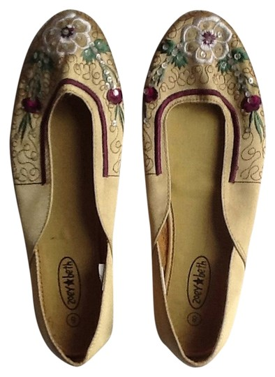 Preload https://item3.tradesy.com/images/zoey-and-beth-gold-flats-size-us-8-regular-m-b-1076927-0-0.jpg?width=440&height=440