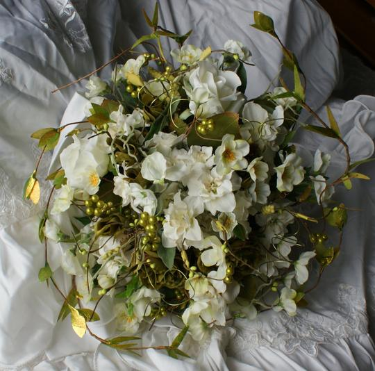 Preload https://item1.tradesy.com/images/ivory-white-and-green-natural-bridal-bouquet-other-1078450-0-0.jpg?width=440&height=440