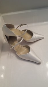 Grace Footwear Off White Pumps Size US 7 Regular (M, B)