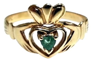 Claddagh ring in 10 Karat Yellow Gold With Green Emerald