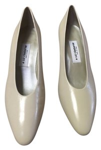 Liz Claiborne Cream Pumps