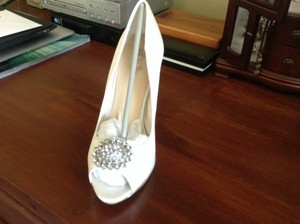 ShoeDazzle Ivory Formal Size US 7.5 Regular (M, B)