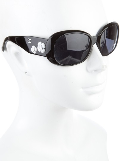 Preload https://item4.tradesy.com/images/chanel-black-white-5113-cc-logo-camellia-flower-monochrome-square-wrap-sunglasses-1100773-0-0.jpg?width=440&height=440