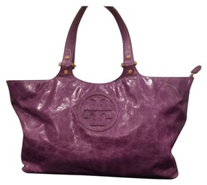 Lavender Tory Burch Satchel. Zipper. Gold detailing, logo. Vanity mirror. Inside pockets. Very Slight show of use inside. Outside excellent. Textured subtle mock crocodile. Meaurment of body : 17 1/2 by 11