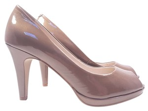 Anne Klein Park Ave Shimmer Patent Leather Peep Toe Size 8.5 Taupe Pumps