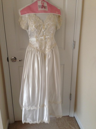 Satin White and Beads Vintage Wedding Dress Size 4 (S) Image 0