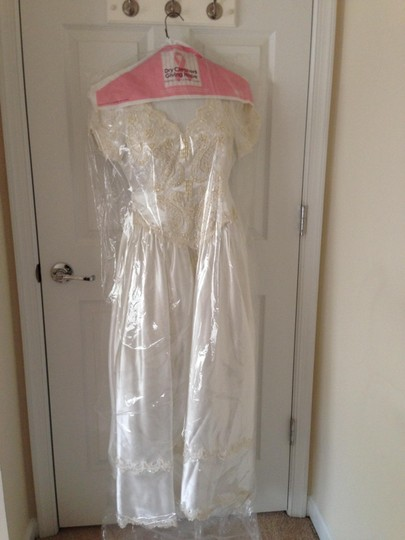 Satin White and Beads Vintage Wedding Dress Size 4 (S) Image 3