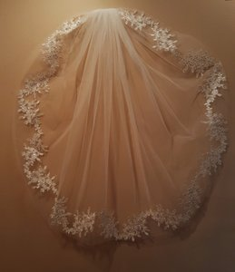 Bridal Light Ivory Sequin Lace Appliques Veil W/ Comb 32