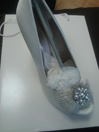 Allure Bridals Ivory Feather Open Toe Classic Pumps Size US 5.5