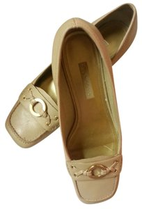 Liz Claiborne Loafer Style Gold Tone Bow Leather Upper Light Cushion Inside Beige / Tan Flats