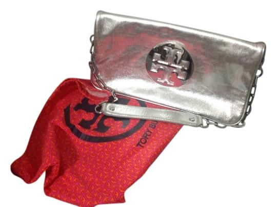 Preload https://img-static.tradesy.com/item/11620318/tory-burch-silver-leather-clutch-0-1-540-540.jpg