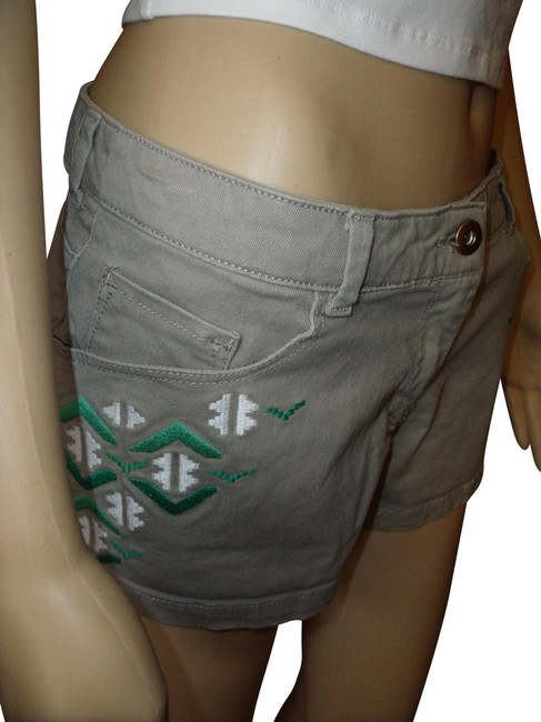 Preload https://item4.tradesy.com/images/h-and-m-beige-green-white-gold-embroidered-boho-gypsy-hippie-summer-cuffed-shorts-size-8-m-29-30-11678113-0-3.jpg?width=400&height=650