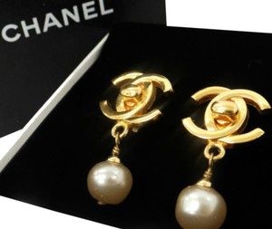 Chanel Auth CHANEL Earrings CC logos Faux Pearl Gold tone DROP DANGLE Clip-On 96P