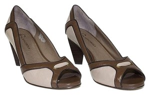 B. Makowsky Classics Brown Pumps