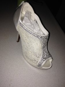 Blossom Ivory Boots/Booties Size US 7