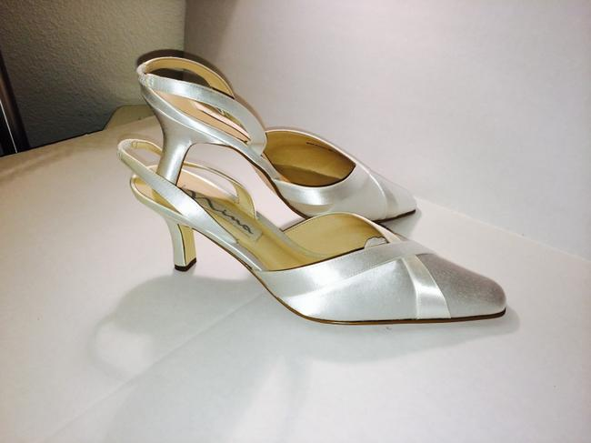 Item - White Satin Dyeable Pointy Toe New Pumps Size US 11