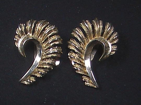 Vintage Vintage CORO Gold Tone Feather Brooch & Clip On Earrings Set Image 2