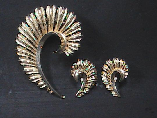 Vintage Vintage CORO Gold Tone Feather Brooch & Clip On Earrings Set Image 4