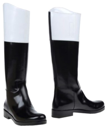 Preload https://item2.tradesy.com/images/michael-kors-black-and-white-two-tone-bootsbooties-size-us-8-regular-m-b-11987716-0-1.jpg?width=440&height=440