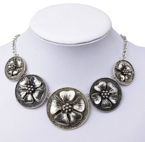 Chunky Circle Flower Bib Necklace Silver Tone J1997