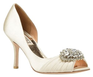 Badgley Mischka Pearson Satin Bridal Prom Heels Heel Size 8.5 W Wide Vanilla Pumps