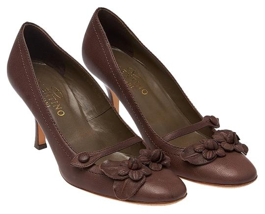 Preload https://item1.tradesy.com/images/valentino-brown-leather-heels-39-flower-detail-pumps-size-us-9-regular-m-b-12101635-0-1.jpg?width=440&height=440