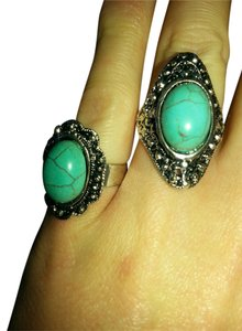 beautiful set of 2 antique style turquoise rings.
