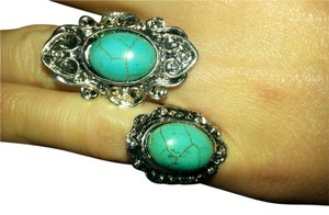 beautiful set of 2 antique style turquoise rings. Very nice.