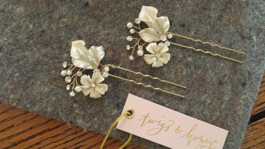 Preload https://img-static.tradesy.com/item/1221466/bhldn-pearl-ivory-gold-and-crystal-petite-flora-2-hairpins-hair-accessory-0-0-540-540.jpg