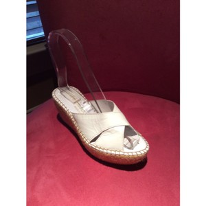 Andre Assous white Wedges