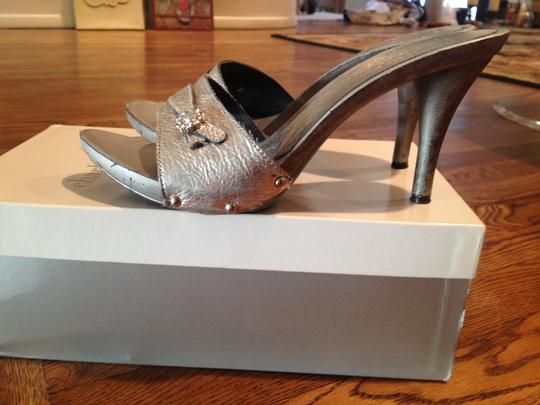 Charles David Hardware Pewter Metallic Silver Pumps