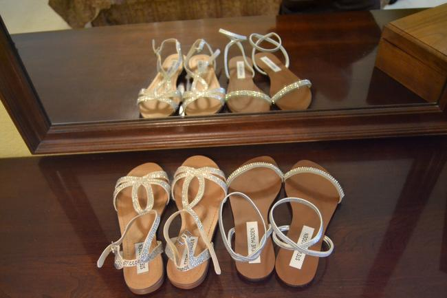 Item - Ivory and Silver Sandals Size US 6 Regular (M, B)