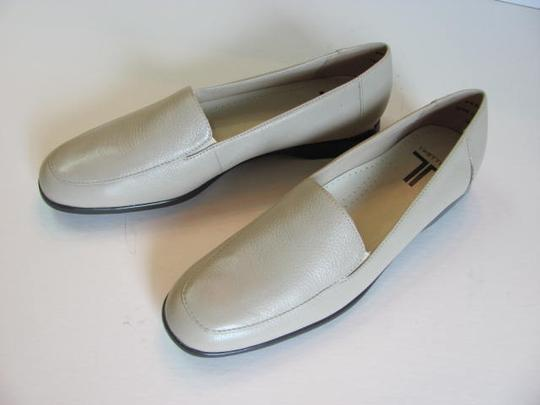 Trotters Leather Size 8.50 Narrow Width Excellent Condition BEIGE Flats