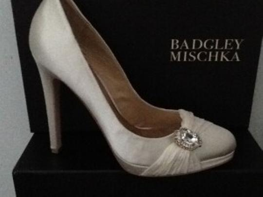 Badgley Mischka Satin Upper Leather Sole Ivory Pumps