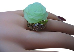 Fashion Gold Toned Green Flower Band Ring