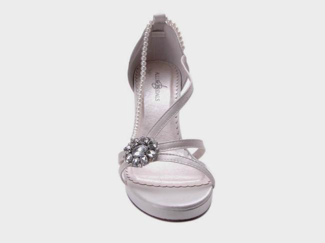 Item - Soft White Rhinestone Ornament Sandals Size US 8 Regular (M, B)